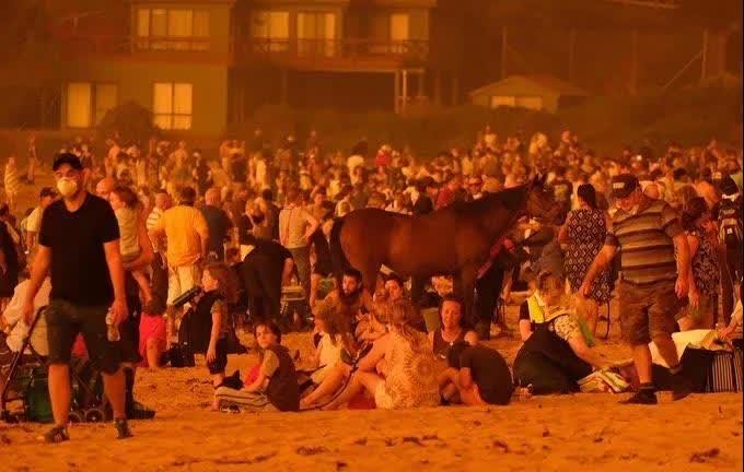 ▲由于救援能力有限,还有很多来不及转移的人在沙滩上束手无策,只能等待政府的安排。
